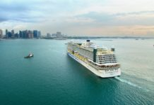 Das Kreuzfahrtschiff AIDAperla läuft Singapur an.