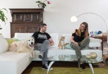 Herr und Frau auf einem Sofa diskutieren den Bedarf an Tiernahrung