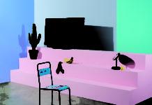 Fernseher von Loewe mit einem Designstuhl im Vordergrund