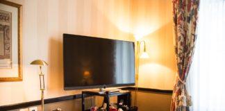 Ein Loewe-TV in einem Hotelzimmer