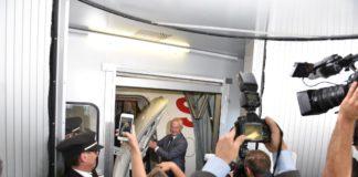 Der Kapitän bei Türe des Flugzeugs