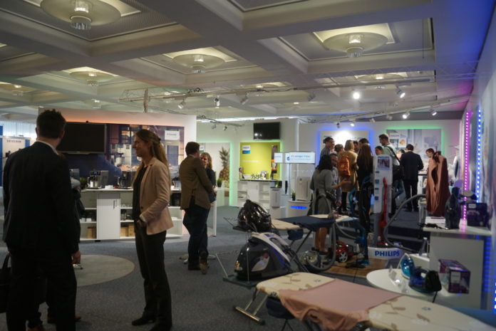 Besucher an der FEA Expo