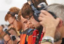 Personen mit Kopfhörer, die konzentriert Musik hören.