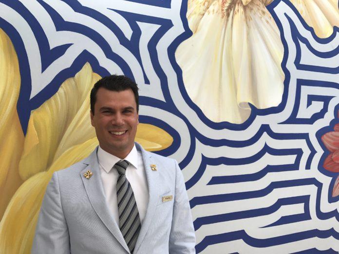Concierge Raffael Reisig vor einer Hauswand