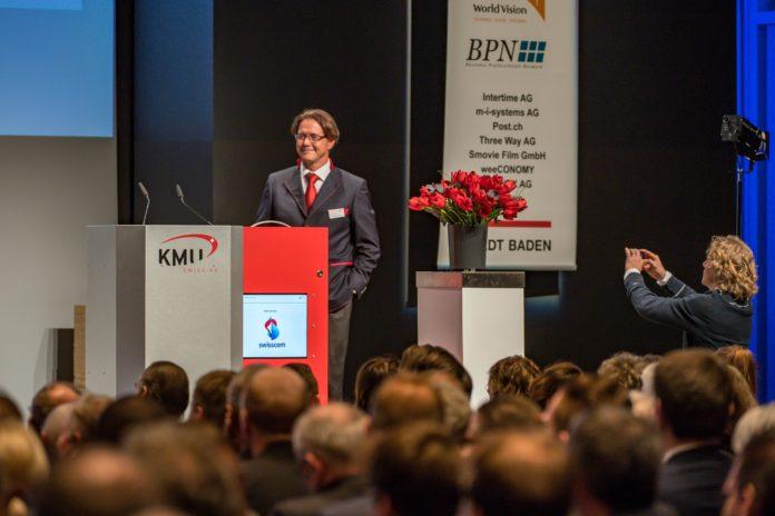 Armin Baumann, CEO KMU SWISS AG, präsentiert...