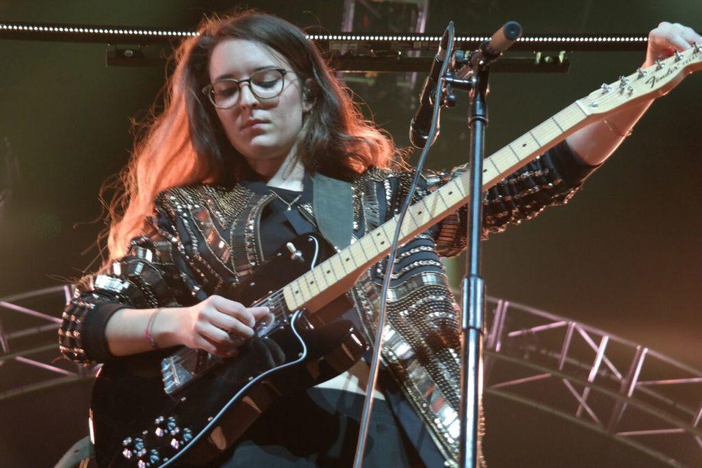 Fusaro stimmt ihre Gitarre