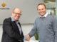 Peter Bachmann (links) gratuliert seinem Geschäftspartner