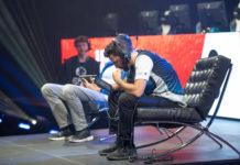 Spieler sitzend am Tablet