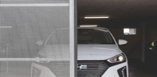 Eine Front eines Hyundai hinter einem Garagentor mit Gitter