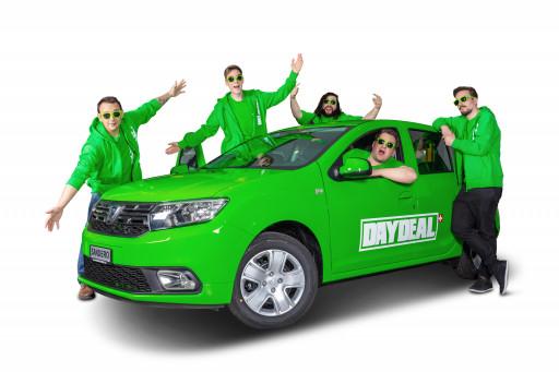grüner Skoda mit flippigen Männern