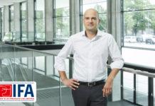 IFA-Drektor stehend am Geländer