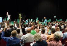 VSEI-Mitglieer stimmen an GV ab.