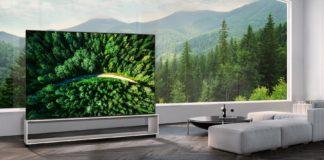 Links ein Teil eines TV-Gerätes von LG, rechts eine Sofaecke
