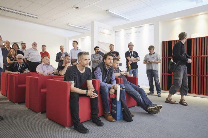 Besucher bei einer Musikvorführung (Source: High End Swiss)