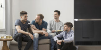 Jugendliche auf einem Sofa am Diskutieren
