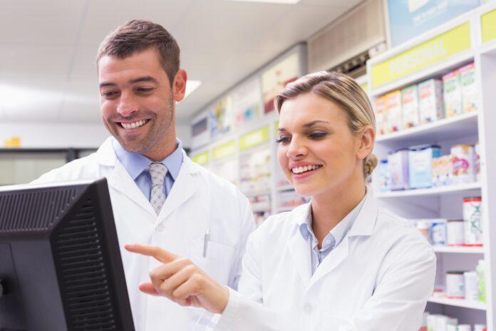 Ein Team von Pharmaspezialisten, das auf eimen Computer schaut. (FORS/iStock)