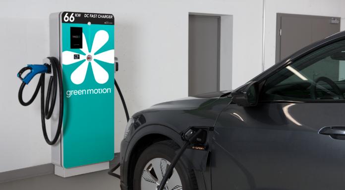 Ein E-Auto an einer Ladestation.