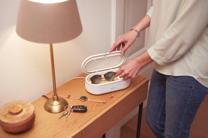 Die UV-C Mini-Desinfektionsbox ist der ideale Begleiter für einen hygienischeren Alltag (Source: Philips).