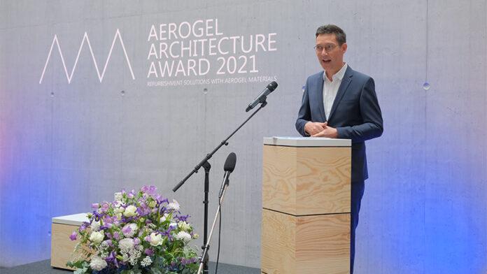 Preisverleihung des Aerogel Architecture Award am 15. Juli 2021 im NEST: Jurymitglied Volker Herzog würdigt die eingereichten Projekte. Bild: Empa