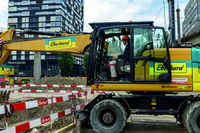 Gekonnt führt ewz-Direktor Benedikt Loepfe den Bagger und macht den Spatenstich für den neuen ewz-Werkhofs Herdern. (Bild ewz / Nadja Kohler)